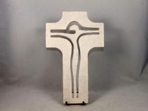 Crocifisso sagomato con cristo stilizzato intagliato.