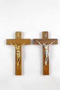 Crocifisso con croce legno e cristo in metallo.