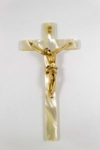 Crocifisso croce in resina effetto madre perla e cristo in metallo.