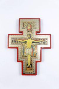 Crocifisso San Damiano su legno massello in serigrafia bordato rosso.