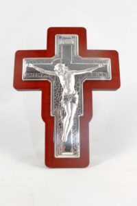 Crocifisso in lamina di argento su base legno.