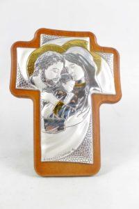 Crocifisso in lamina di argento raffigurante Sacra Famiglia su legno di ulivo.