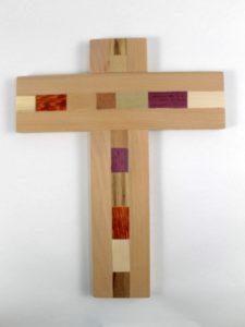 Crocifisso in legno con inserti realizzato da cooperativa solidale Monteverde