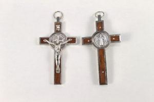 croce san Benedetto in metallo con inserto in legno. chiaro. Dimensione 8 cm x 4,5 cm.