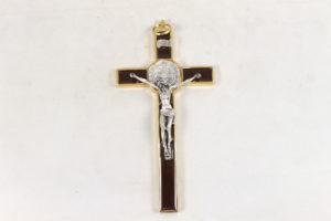 Crocifisso di San Benedetto in metallo smaltato. Dimensioni 20 cm x 10 cm.