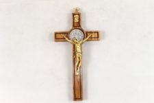 Crocifisso San Benedetto in legno di ulivo . Dimensioni 20 cm x 10 cm.