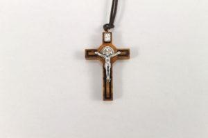 Ciondolo Croce san Benedetto in legno di ulivo. Dimensioni 4 cm.