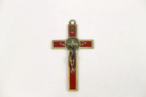 Croce San Benedetto in metallo smaltato rosso. Dimensioni 12,5 cm x 7 cm.