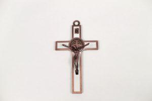 Croce San Benedetto in metallo smaltato bianco. Dimensioni 12,5 cm x 7 cm.
